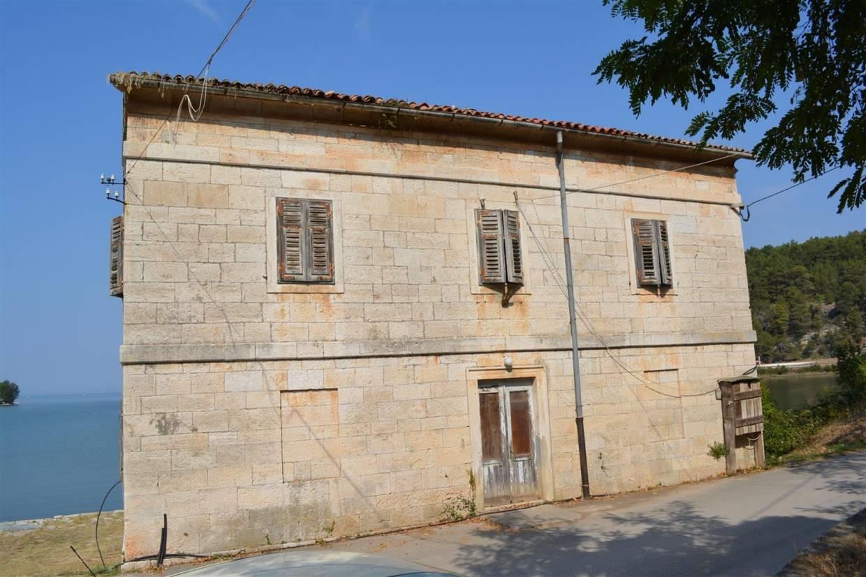 Casa di pietra da ristrutturare porec for Case di pietra davanti