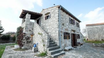 Kamena kuća s velikim dvorištem u okolici Kanfanara