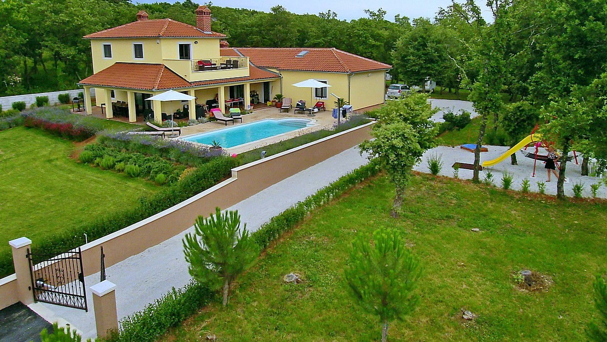 Villa with pool and a large plot near Vižinada