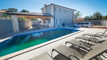 House with pool for sale near Poreč