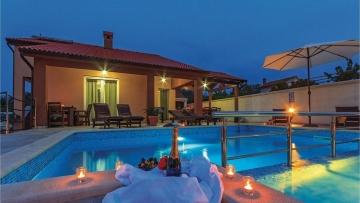 Kuća s bazenom na prodaju Marčana