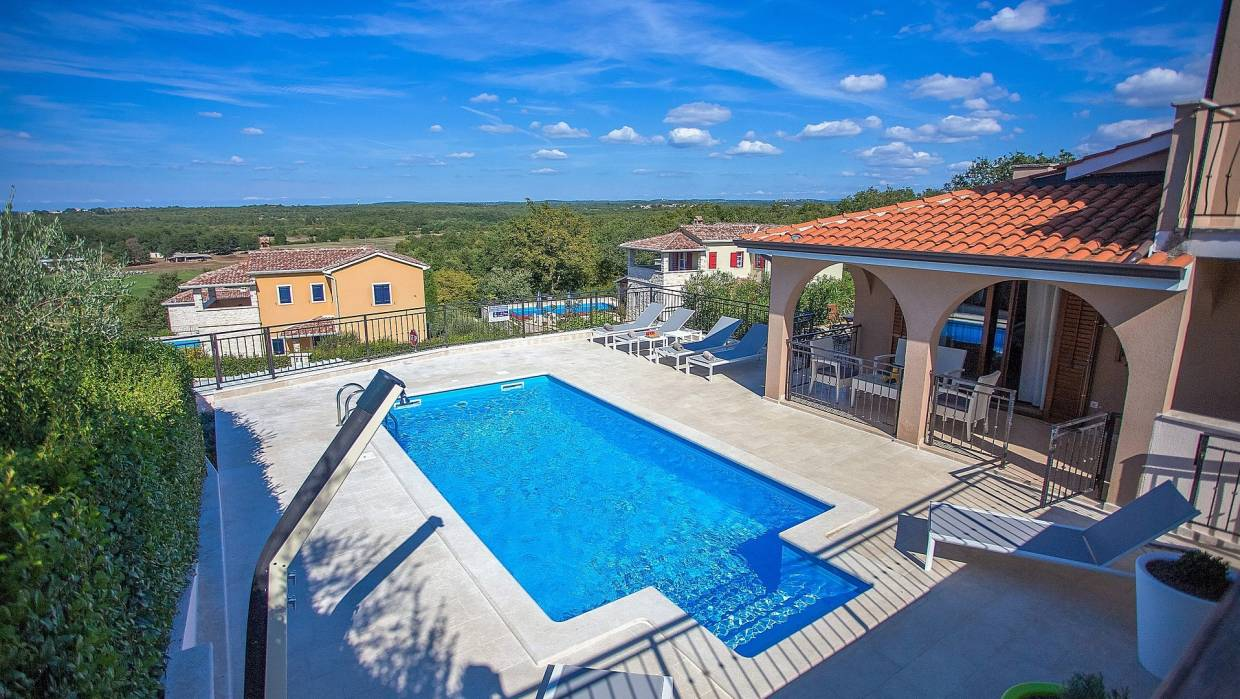 Detached house with pool and open view near Poreč