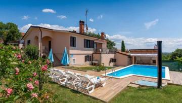 Detached house with pool and see view