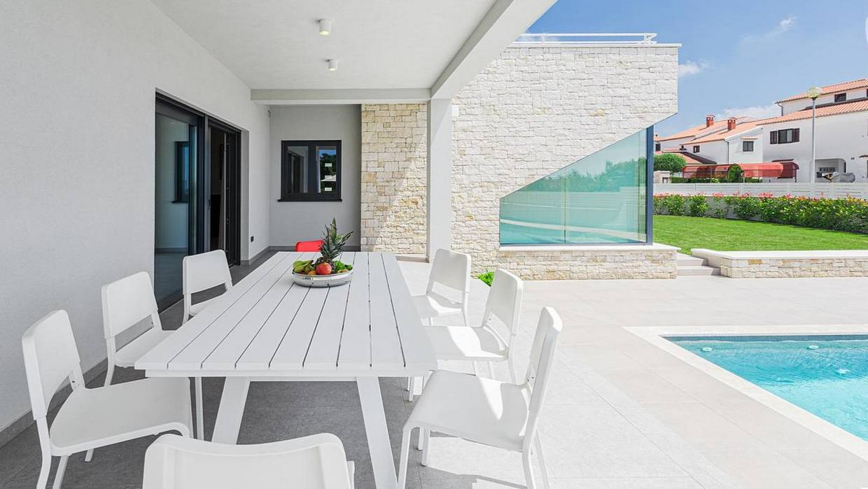 Villa with sea view for sale in Poreč