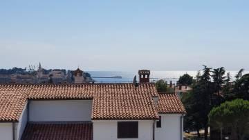 Trosobni stan u centru Poreča s pogledom na more, samo 400 metara od mora