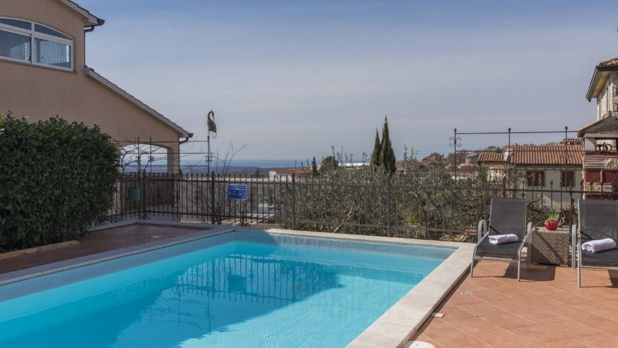 Detached house with pool and sea view near Poreč