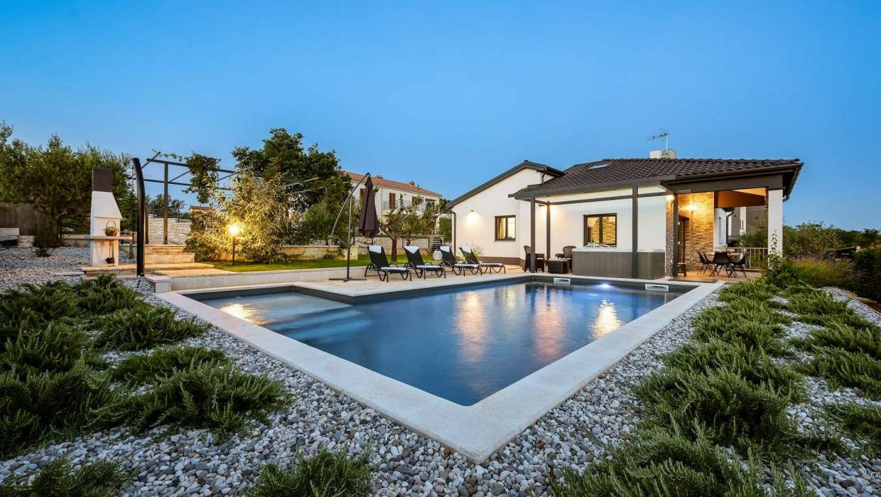 Newly built detached villa with pool